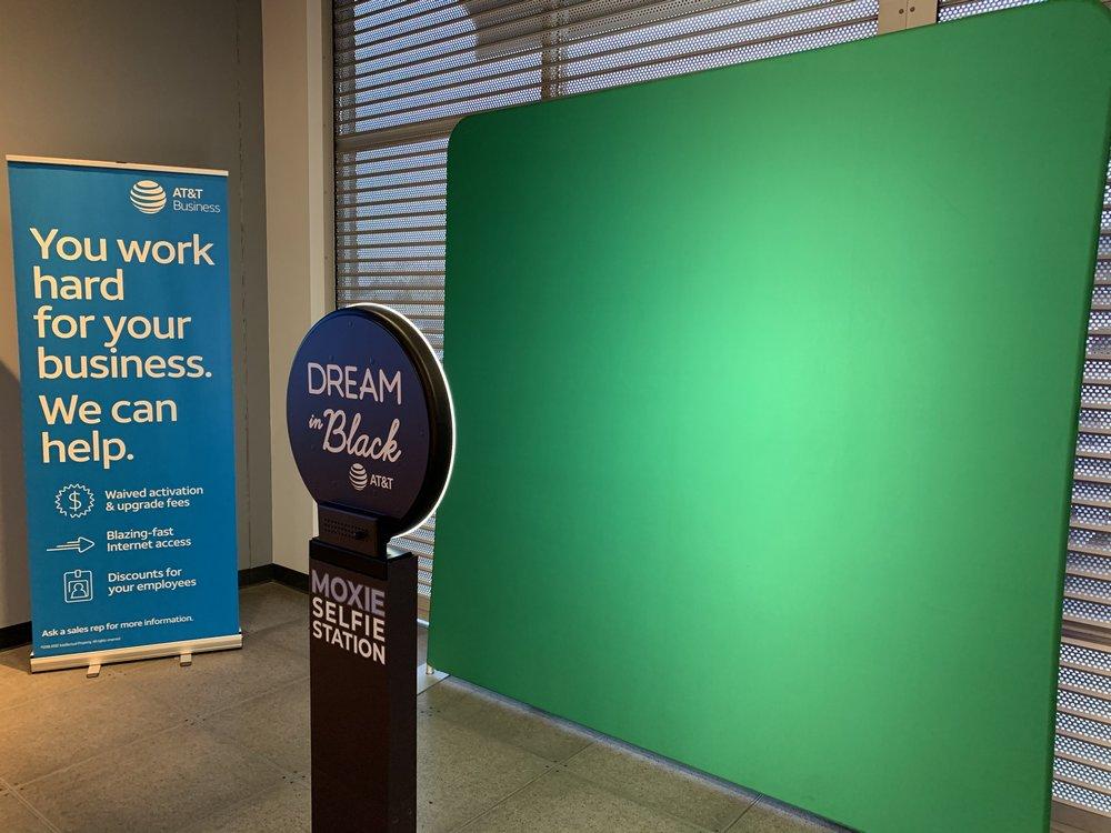Corp-ATT-Dreamblack-selfie-green